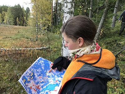 Zonation-karttaa tutkitaan Poutunsuolla, Kuva: Kaisu Aapala.