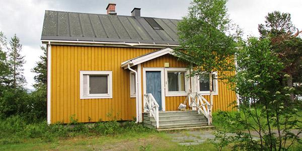Metsähallituksen Hetan huoltotukikohdan päärakennus Ounasjärvellä.