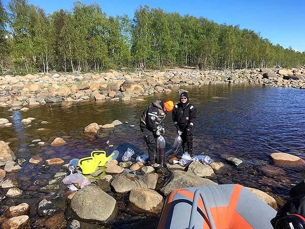 Eräsuunnittelija Kari Sarajärvi ja erätarkastaja Markus Aho istuttamassa meriharjusta ulkomerelle Merivartioston avulla. Kuva: Metsähallitus