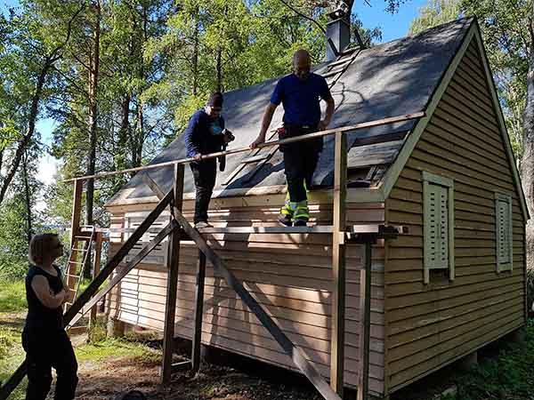 Yhtä Ärjän rakennushistoriallisesti arvokasta mökkiä kunnostetaan. Kuva: Anni Koskela/Metsähallitus