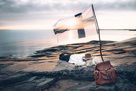 Suomen lippu liehuu luonnon kunniaksi. Kuva: Eeva Mäkinen.