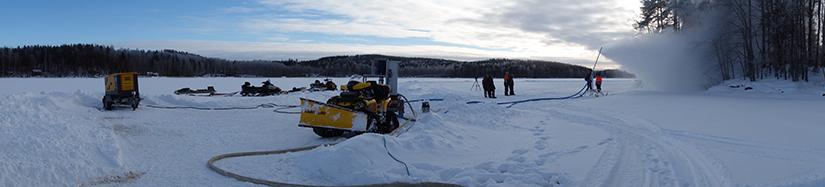 Lumitykki käytössä järven jäällä.