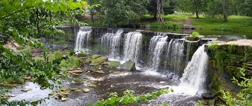 Kaunis matala vesiputous puistossa.