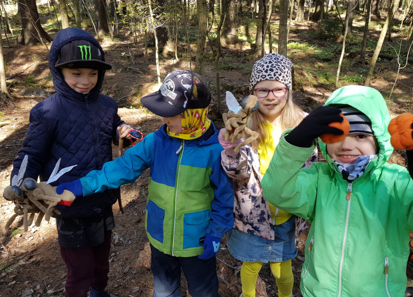 Pasilan koulun saamenkielisen luokan oppilaat innostuivat sääskistä. Kuva: Pentti Pieski