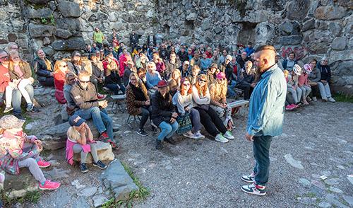 Yleisö seurasi Raimo Lusman taikatemppuja Linnanvirta-tapahtumassa Kajaanin rauniolinnalla 2019. Kuva: Sini Salmirinne.