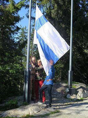 Lipunnosto Kolilla Suomen luonnon päivänä 2019. Kuva Tiina Hakkarainen.
