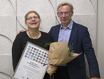 vuoden 2019 luontovapaaehtoinen Tiina Tikkanen, jota onnittelee luontopalvelujohtaja Timo Tanninen. Kuva: Jussi Helimäki.