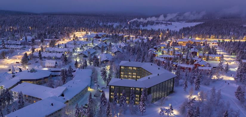Flygbild från Saariselkä med en illustration av ett stort hotell. I bakgrunden syns slalombackar.