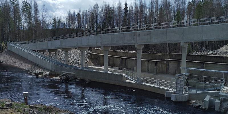 Virtaavaan veteen tehty betonirakennelma, kulkutie lohikaloille.
