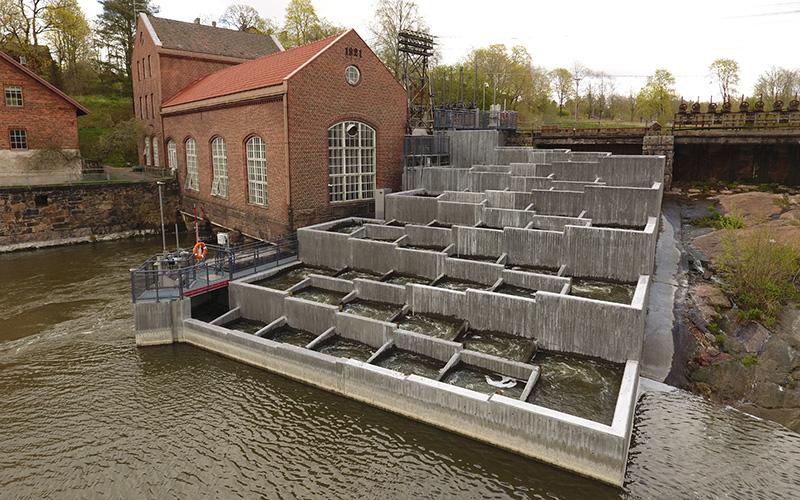 Virtaavaan veteen patorakennuksen viereen betonista tehty rakennelma, jonka kautta lohikalat voivat nousta padon ohi.