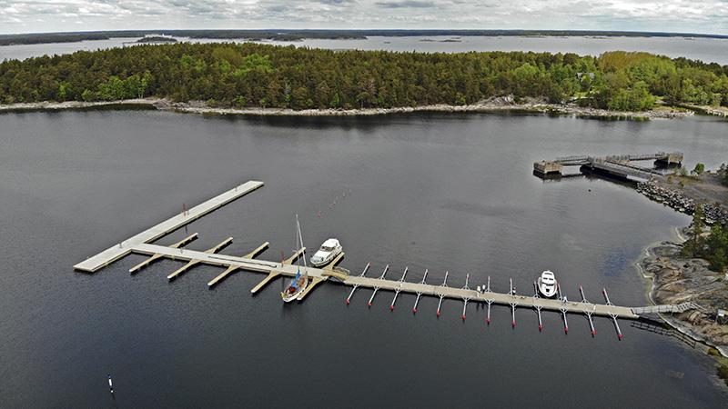 Flygbild av lång brygga. I bakgrunden syns flera öar.