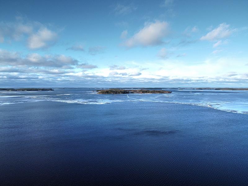 Suurin osa järvestä on täysin jäätön. Jonkin verran näkyy ihan ohutta jääriitettä.