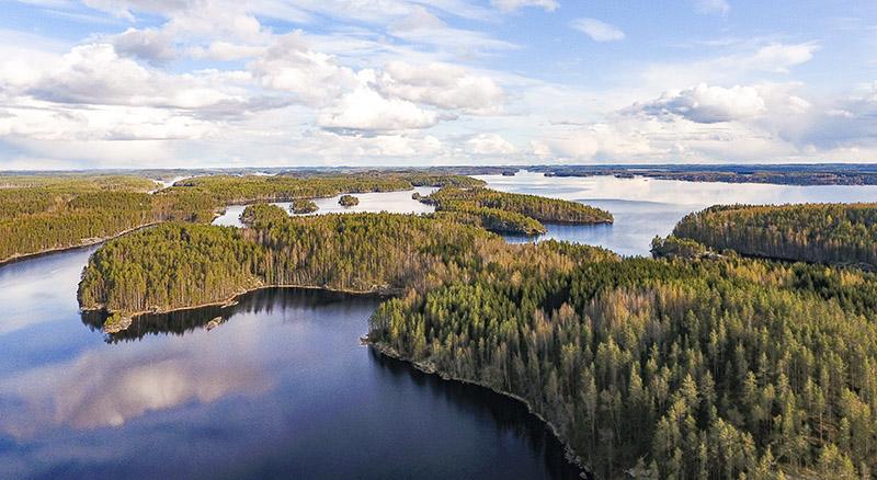 Ilmakuva järvestä ja metsäisista saarista.