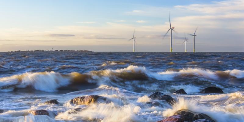 Vindkraftverk till sjöss.