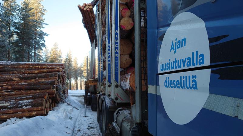puutavara-auto lastaa puutavaraa tienvarsivarastosta