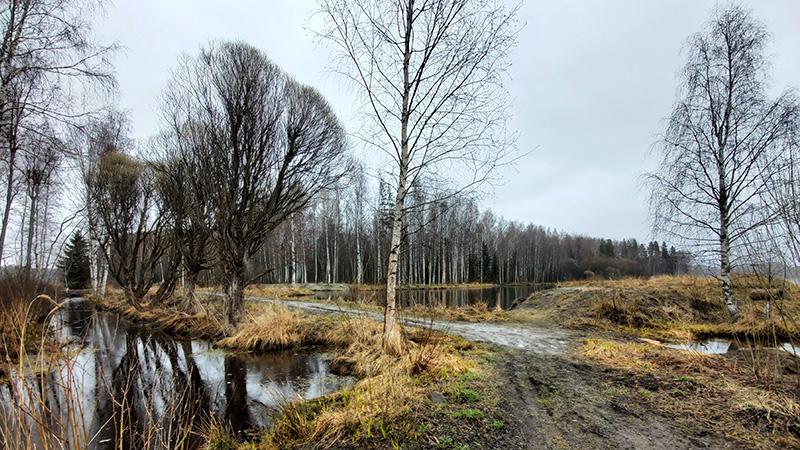 Järvialtaita, joiden välissä matala pato, jonka yli kulkee polku.