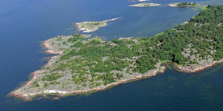 Ilmasta kuvattu kallioinen meren niemi, jossa puustoa.